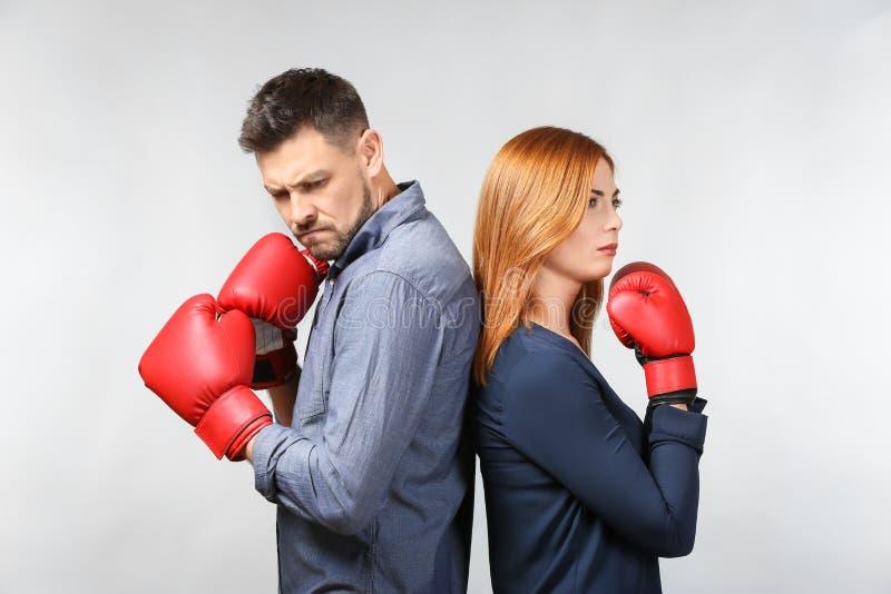 Gniewna para w bokserskich rękawiczkach obraz stock