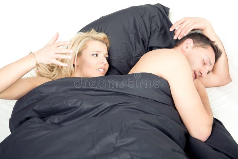 Gniewna sfrustowana kobieta w łóżku obraz stock