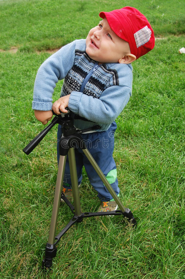 gniewnego dziecka mały bawić się tripod obraz stock