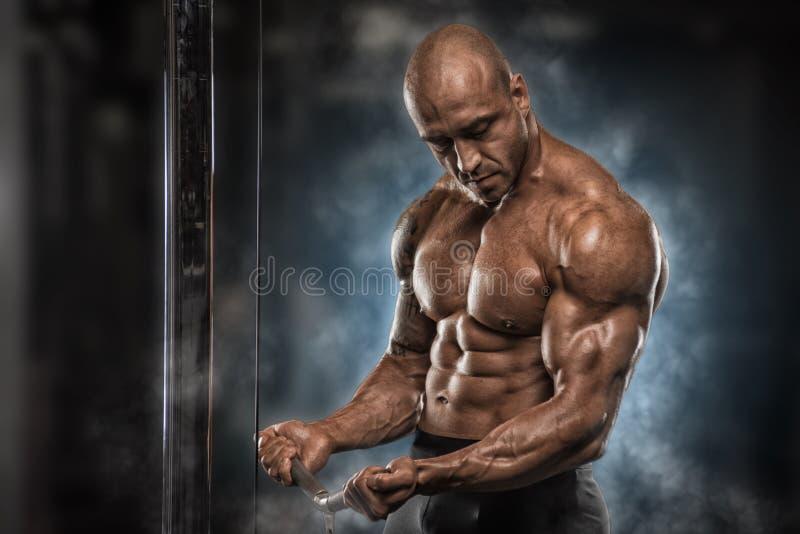 Gniewni atleta pociągi w gym zdjęcie stock