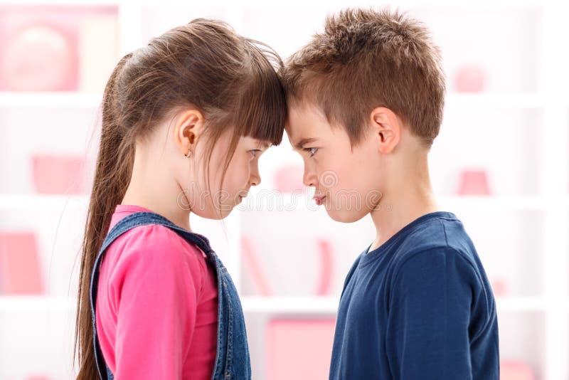 Gniewni dzieciaki patrzeje each inny fotografia royalty free