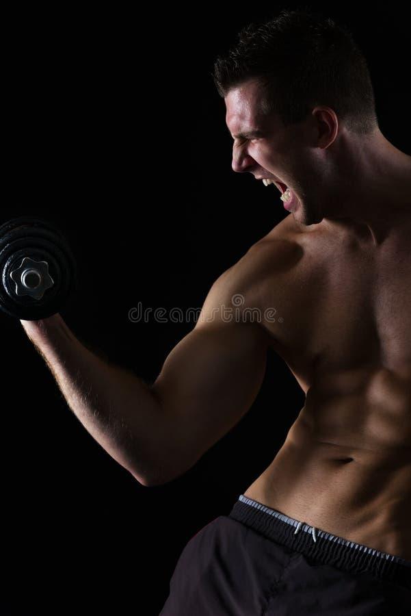 Gniewni mięśniowi atlety treningu bicepsy na czerń fotografia royalty free
