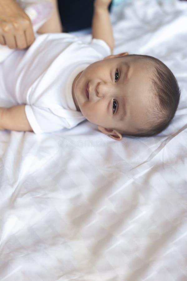 Gniewni 6 miesięcy starego dziecka w łóżku Mały chłopiec czuć niewygodny i nieszczęśliwy zdjęcie royalty free