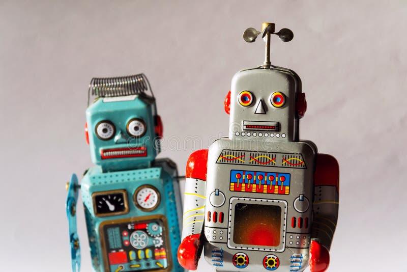 Gniewni rocznik cyny zabawki roboty, sztuczna inteligencja, mechaniczny doręczeniowy pojęcie zdjęcia stock