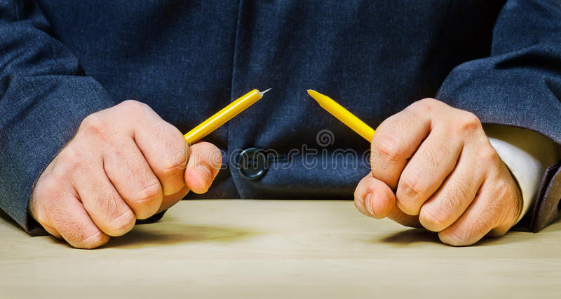 gniewny łamania mężczyzna ołówek fotografia stock