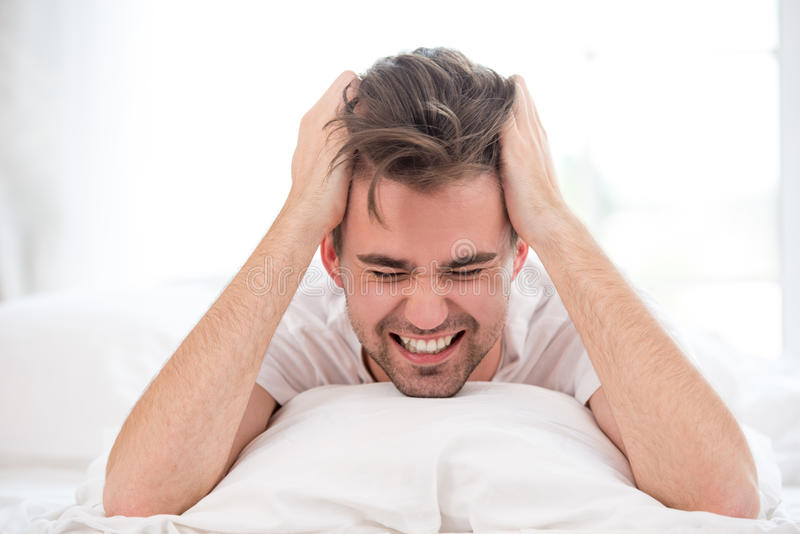 Gniewny śpiący młody człowiek zdjęcia stock