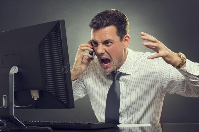 Gniewny biznesmen krzyczy na telefonie fotografia stock