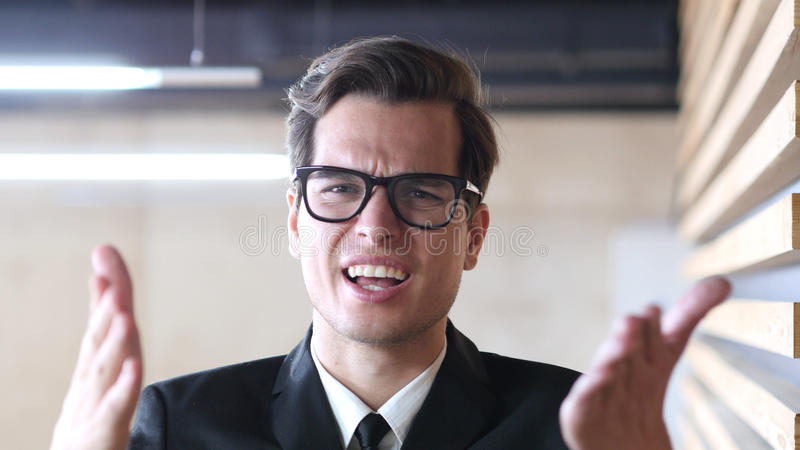 Gniewny biznesmen Krzyczy przy Jego współczłonkami drużyny, Walczy zdjęcie stock
