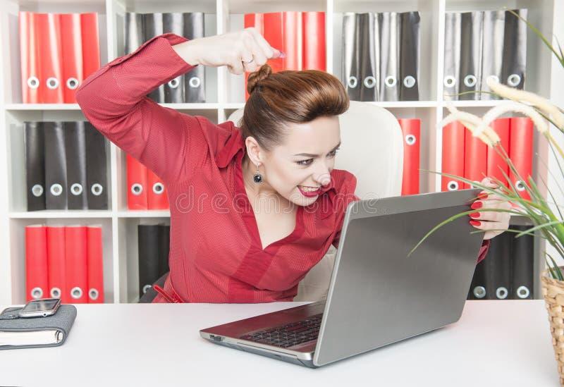Gniewny biznesowej kobiety rytmu laptop z jej pięścią fotografia royalty free