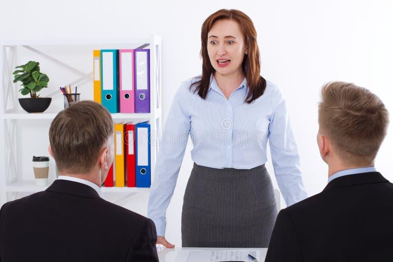 Gniewny bizneswoman krzyczy przy jej pracownikiem Dyskutować o problemu pojęcia prowadzenia domu posiadanie klucza złoty sięgając obraz royalty free