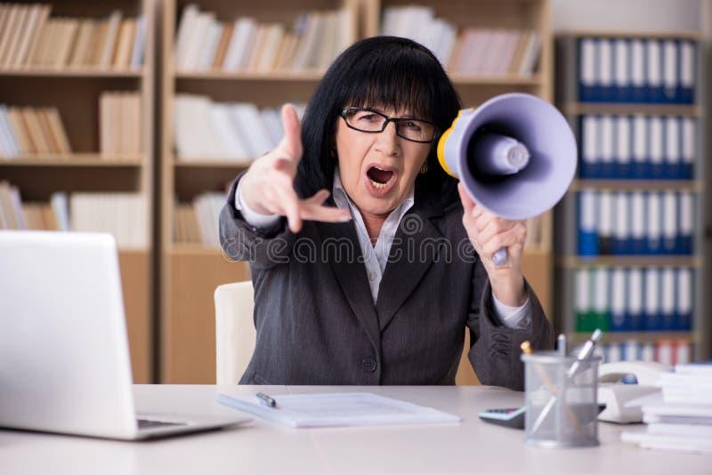Gniewny bizneswoman krzyczy z głośnikiem zdjęcia royalty free