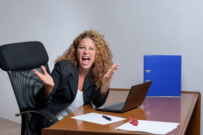 Gniewny elegancki młody bizneswoman z kwaśnym wyrażeniem obrazy stock