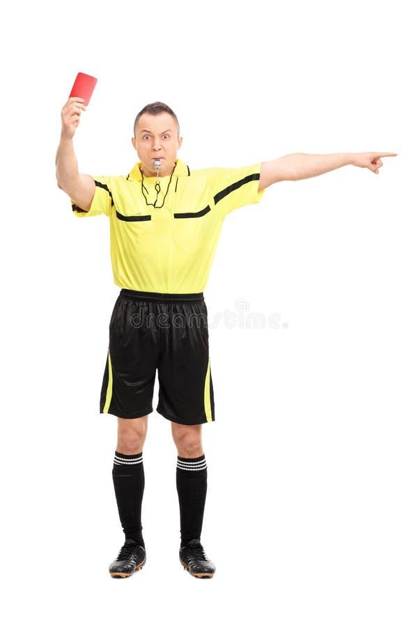 Gniewny futbolowy arbiter pokazuje czerwoną kartkę obraz stock