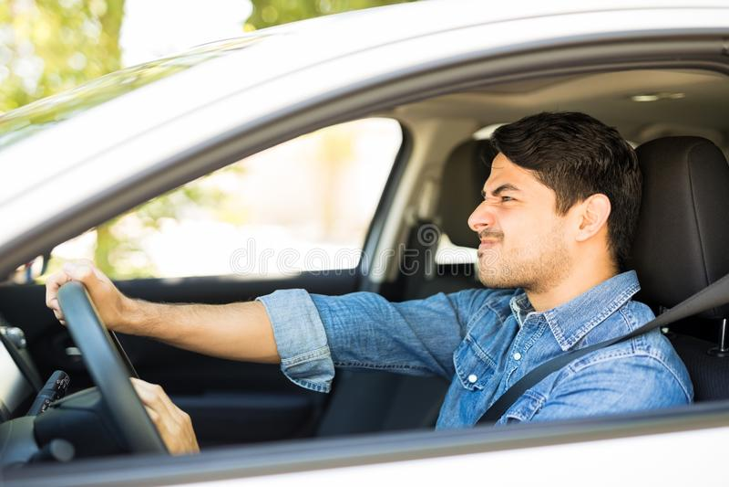 Gniewny kierowca honking w ruchu drogowego dżemu obrazy stock