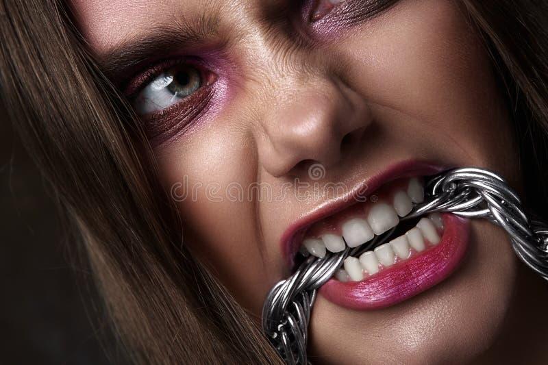 Gniewny kobieta kąsek łańcuch Ekspresyjny piękna spojrzenie zdjęcie stock