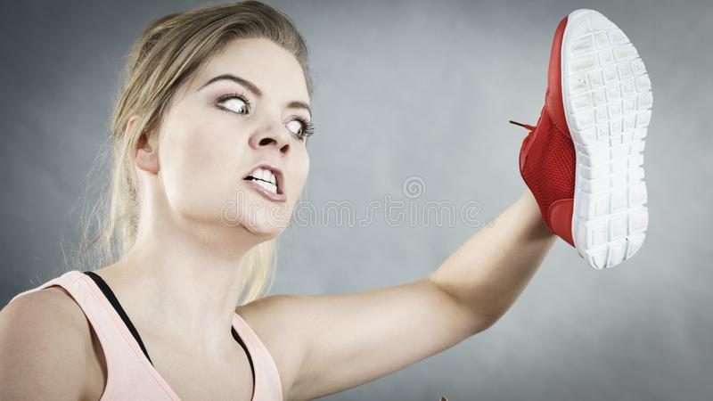 Gniewny kobiety mienia but zdjęcie stock