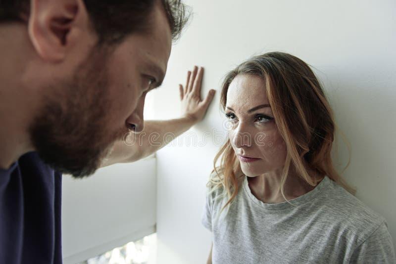 Gniewny mąż stoi blisko żony obraz stock