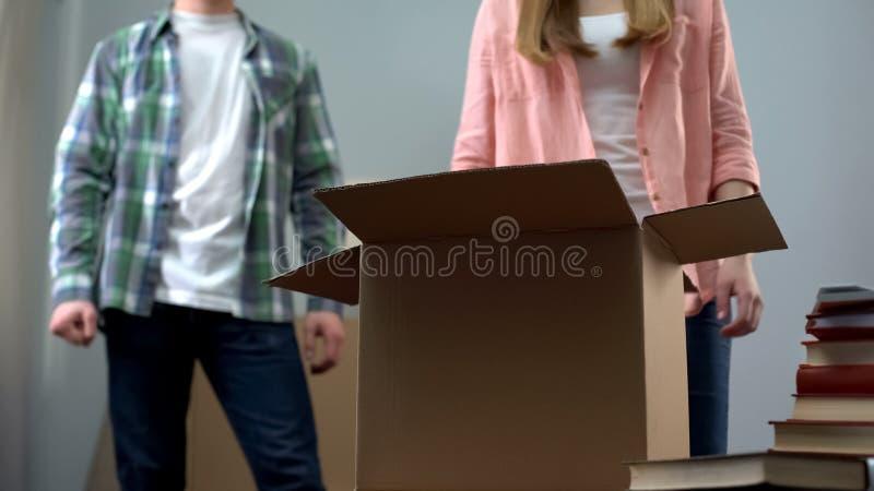 Gniewny mężczyzna czekanie dla, opuszczać do domu, obrazy stock