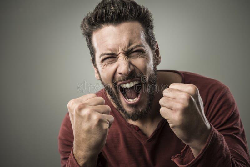 Download Gniewny Mężczyzna Krzyczy Out Głośnego Zdjęcie Stock - Obraz złożonej z nienawidzący, przypadkowy: 53786092