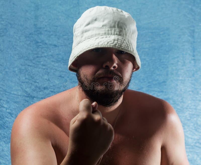Gniewny mężczyzna obraca emocjonalnie nieodpowiedniego figa palec fotografia stock