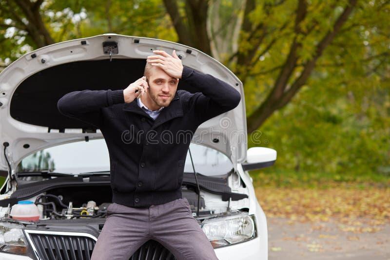 Gniewny mężczyzna z łamanym samochodem zdjęcie stock