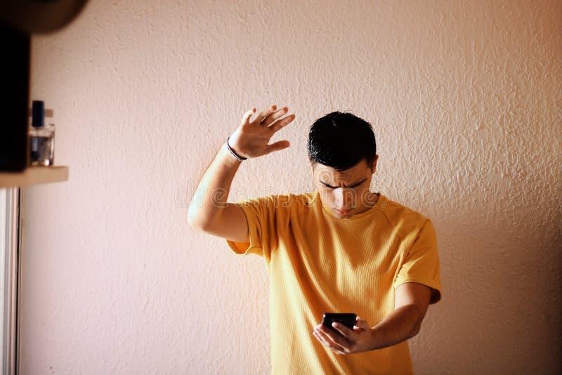 Gniewny mężczyzna z jego telefonem komórkowym zdjęcie stock