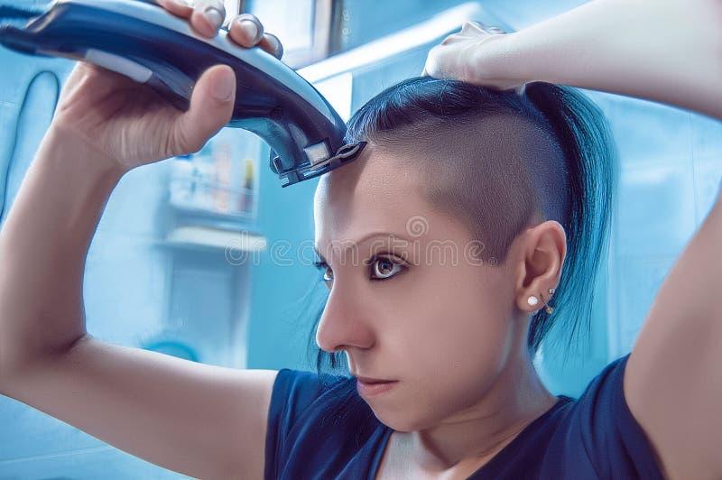 Gniewny młodej dziewczyny ogolenie włosy zdjęcia stock