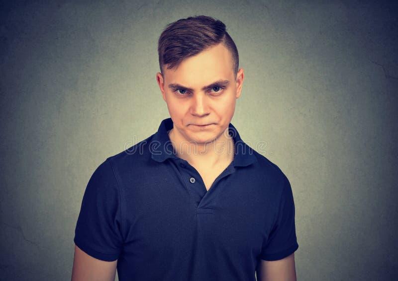 Gniewny młody człowiek w frustraci obraz royalty free
