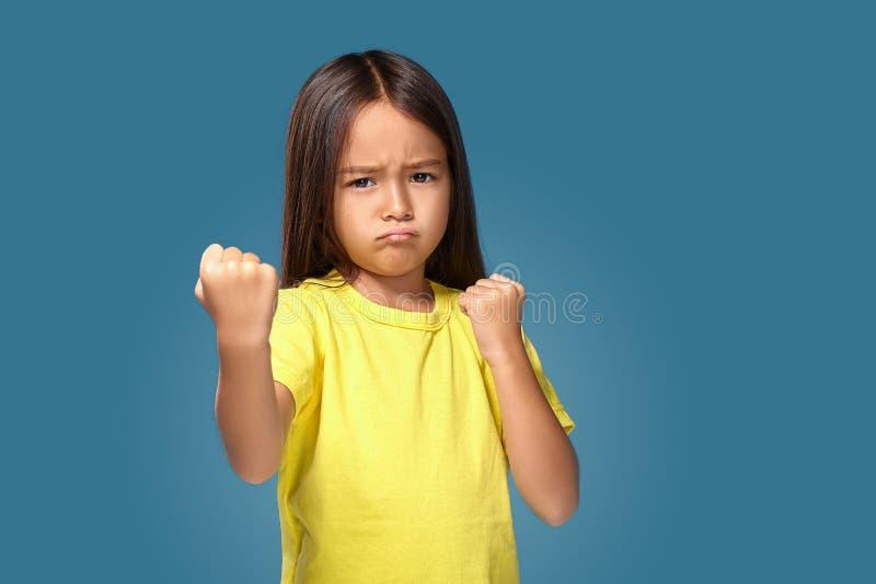 Gniewny małe dziecko pokazuje frustrację i nieporozumienie obrazy stock