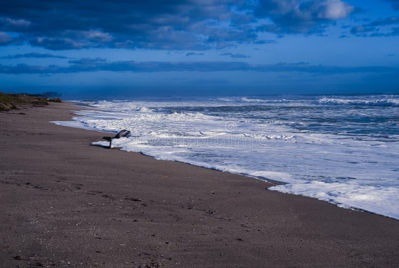 Gniewny morze i łódź obrazy stock