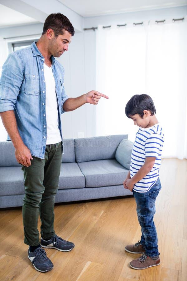 Gniewny ojciec łaja jego syna zdjęcie royalty free