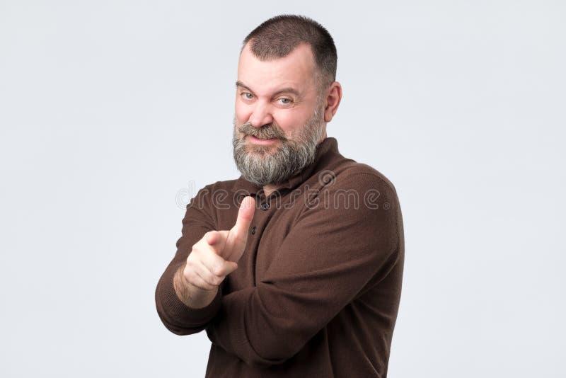 Gniewny podrażniony dorośleć mężczyzny wskazuje palec wskazującego na kamerze fotografia royalty free