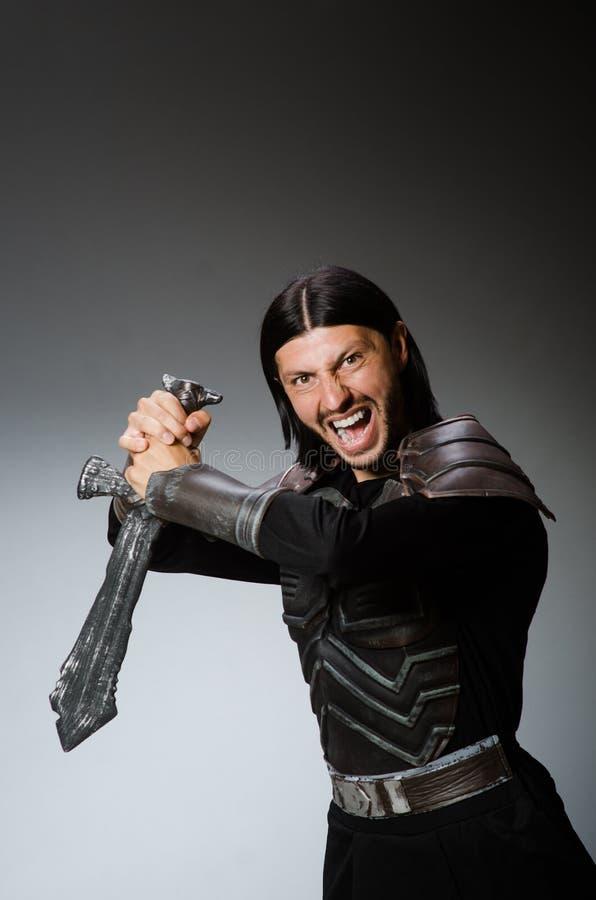 Gniewny rycerz z kordzikiem przeciw zdjęcie royalty free