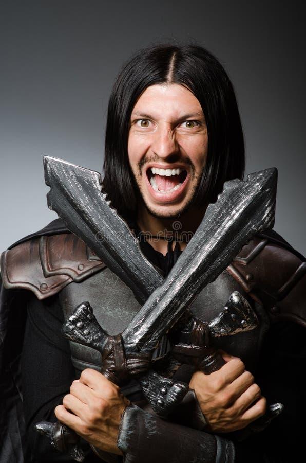 Gniewny rycerz z kordzikiem przeciw obraz royalty free