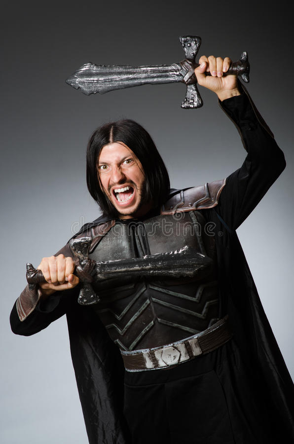 Gniewny rycerz z kordzikiem przeciw zdjęcia royalty free