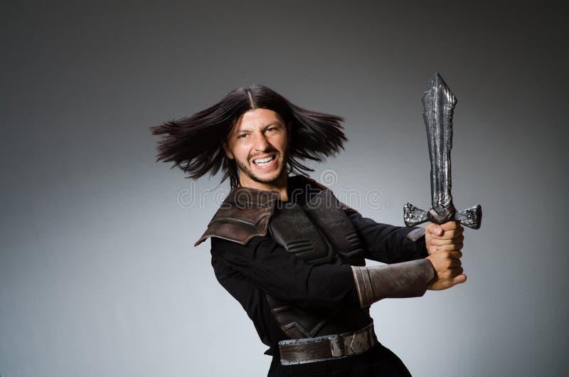 Gniewny rycerz z kordzikiem przeciw fotografia royalty free