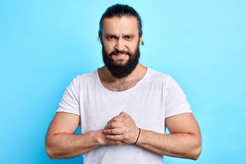 Gniewny silny mięśniowy brodaty mężczyzny przygotowanie dla boksować obraz stock