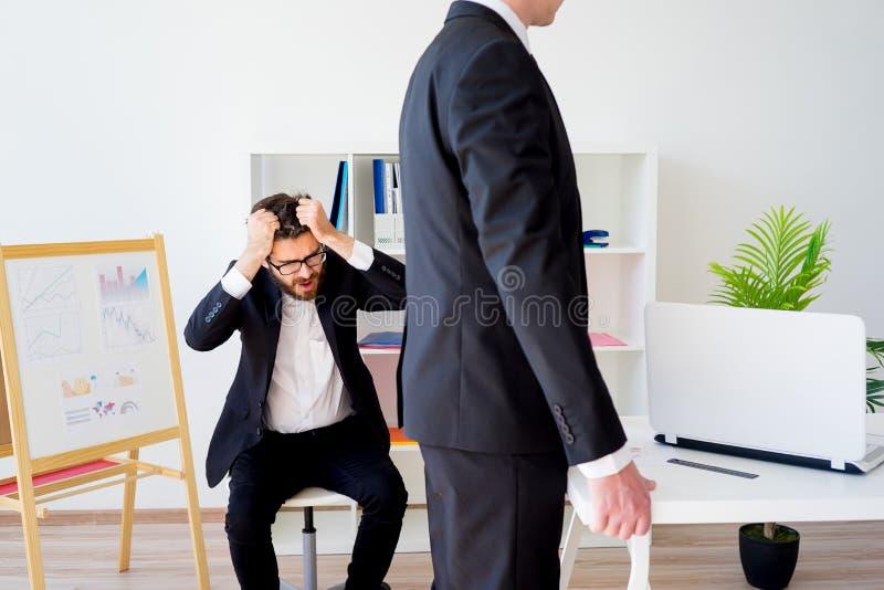 Gniewny szef przy biurem zdjęcia royalty free