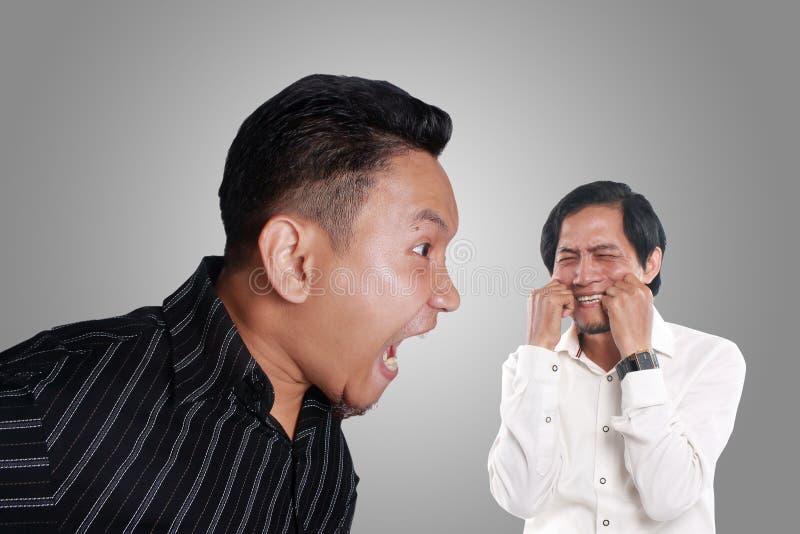 Gniewny szef Wrzeszczy Jego pracownik obraz stock