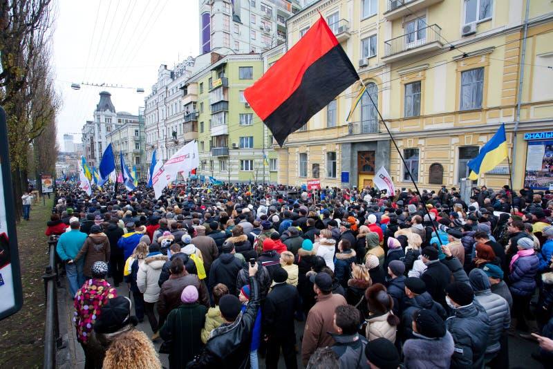 Gniewny tłum ludzie chodzi w dół ulicę na antyrządowej demonstraci zdjęcie stock