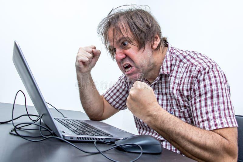 Gniewny użytkownik jest krzyczący laptop obraz royalty free