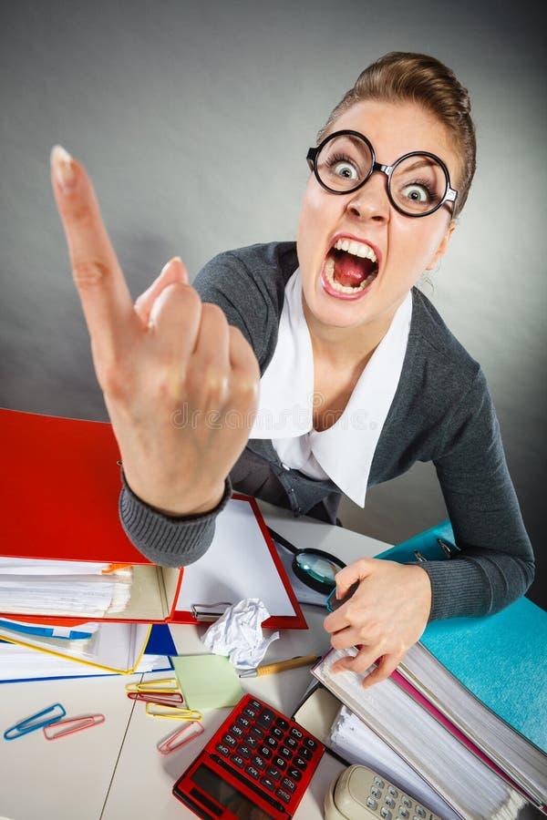 Gniewny wściekły młody blondynka bizneswoman obraz stock