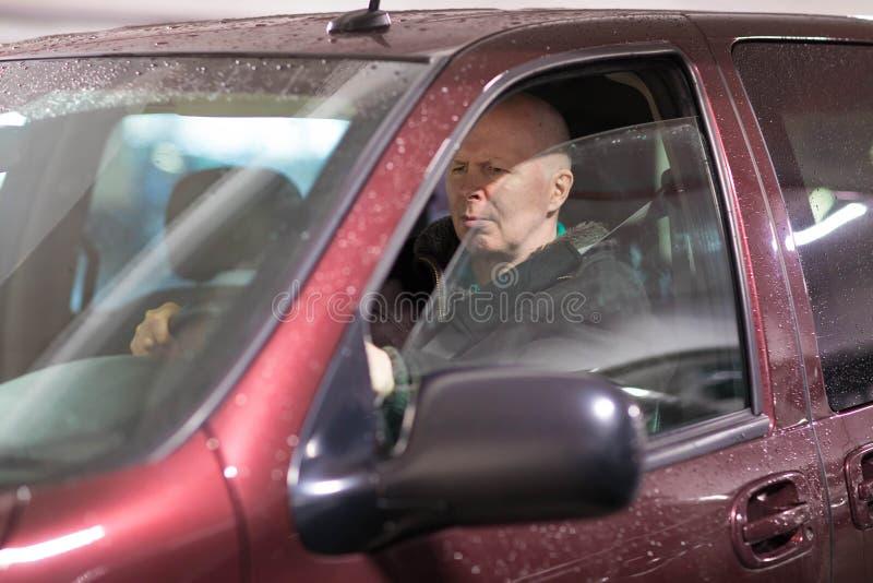 Gniewny w średnim wieku mężczyzna jedzie samochód obraz royalty free