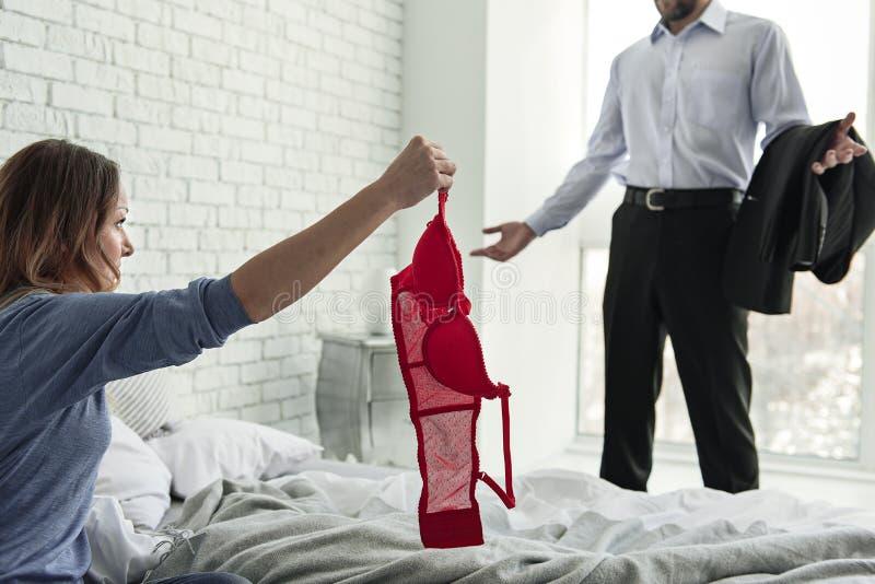 Gniewny zdradzający żeńskiej osoby mienia czerwony dowód obrazy royalty free