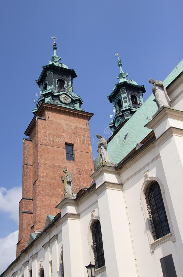Gniezno Polen Sikt av domkyrkan katolska kyrkan royaltyfria foton
