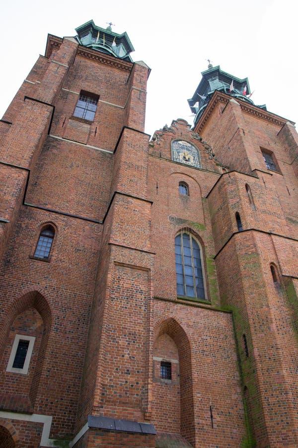 Gniezno Polen Sikt av domkyrkan katolska kyrkan arkivbild