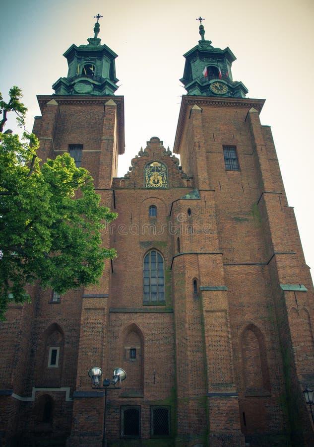 Gniezno Polen Sikt av domkyrkan katolska kyrkan arkivfoto