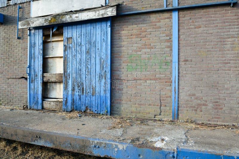 Gnijący przemysłowy drzwi magazyn zdjęcia stock