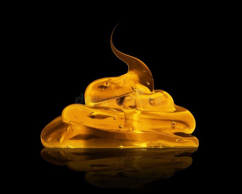 Gniosący przejrzysty żółty gel z bąblami na czarnym tle obrazy stock