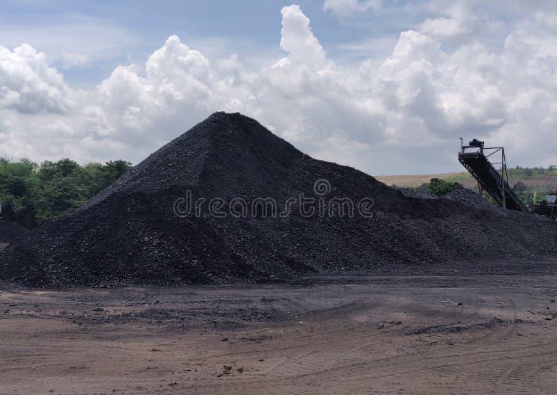 Gniotownik przy zapasem, Bitumicznym - antracyta węgiel, wysokiego pozioma węgiel obraz stock